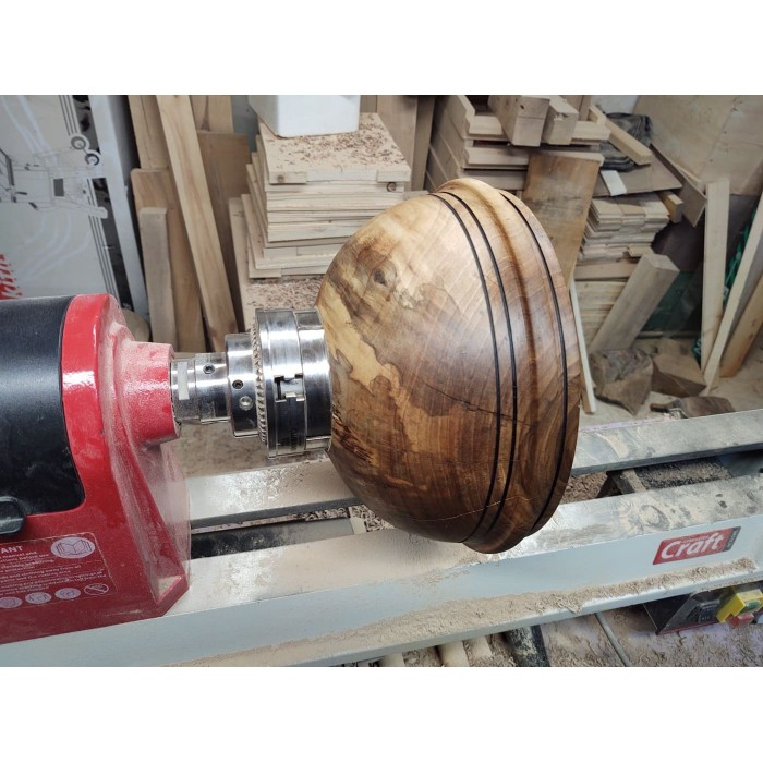 Дървена купа от орех с прогорени линии